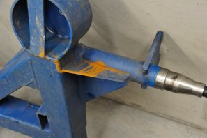 A wider view of the suspension arm and stub axle.